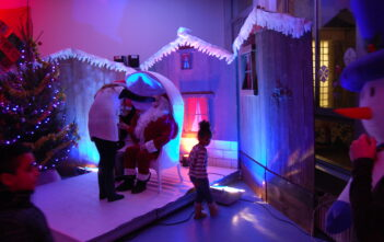 Père Noël devant les chalets