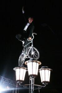 Charlot sur le lampadaire