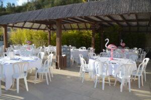 Table blanche et flamant rose